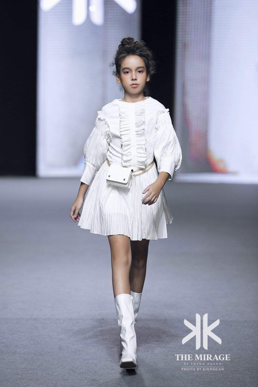 """Thiên thần nhí lai Úc tỏa sáng ở show Fashion KK với vẻ đẹp """"hút hồn"""" - Ảnh 2."""