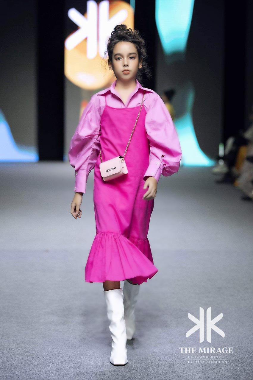 """Thiên thần nhí lai Úc tỏa sáng ở show Fashion KK với vẻ đẹp """"hút hồn"""" - Ảnh 3."""
