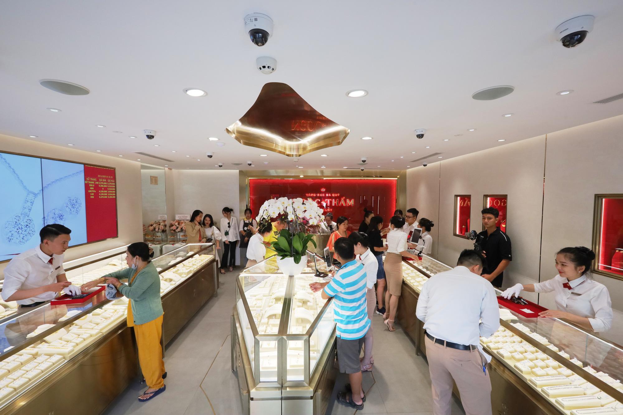 Các tín đồ trang sức háo hức check-in không gian mua sắm khác biệt tại NTJ Shophouse Cần Thơ - Ảnh 2.