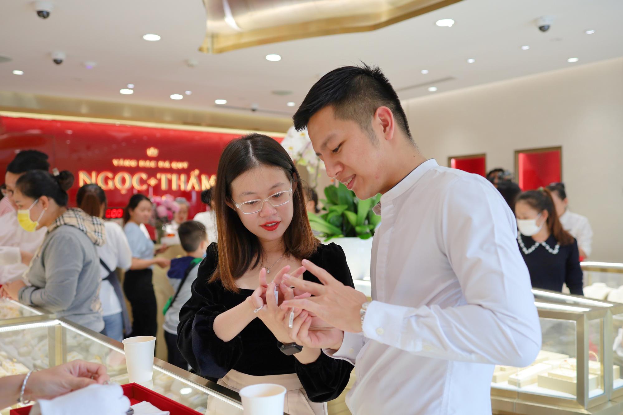 Các tín đồ trang sức háo hức check-in không gian mua sắm khác biệt tại NTJ Shophouse Cần Thơ - Ảnh 3.