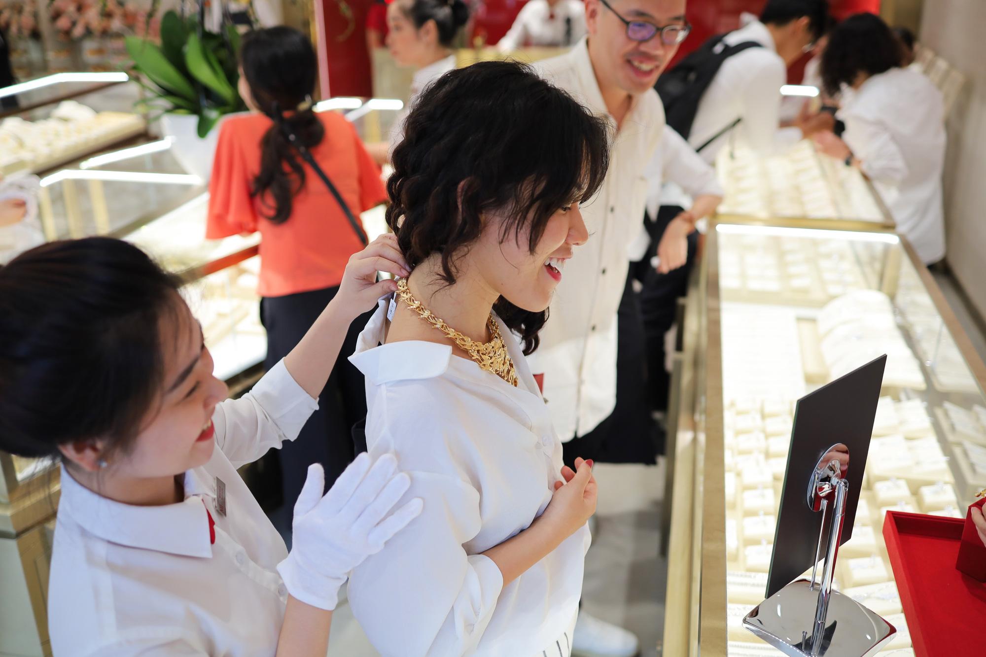 Các tín đồ trang sức háo hức check-in không gian mua sắm khác biệt tại NTJ Shophouse Cần Thơ - Ảnh 4.