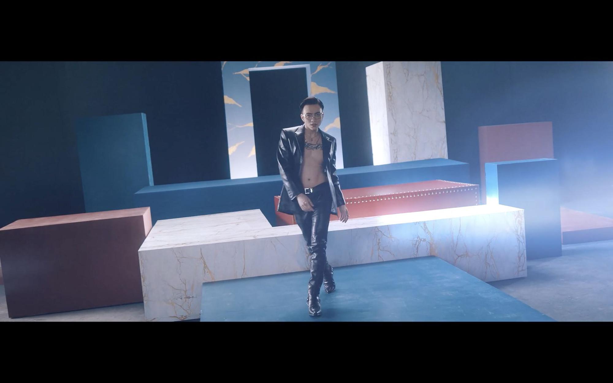 """Soobin khoe khéo body 6 múi trong MV """"Trò Chơi"""", fan đua nhau xỉu lên xỉu xuống - Ảnh 4."""