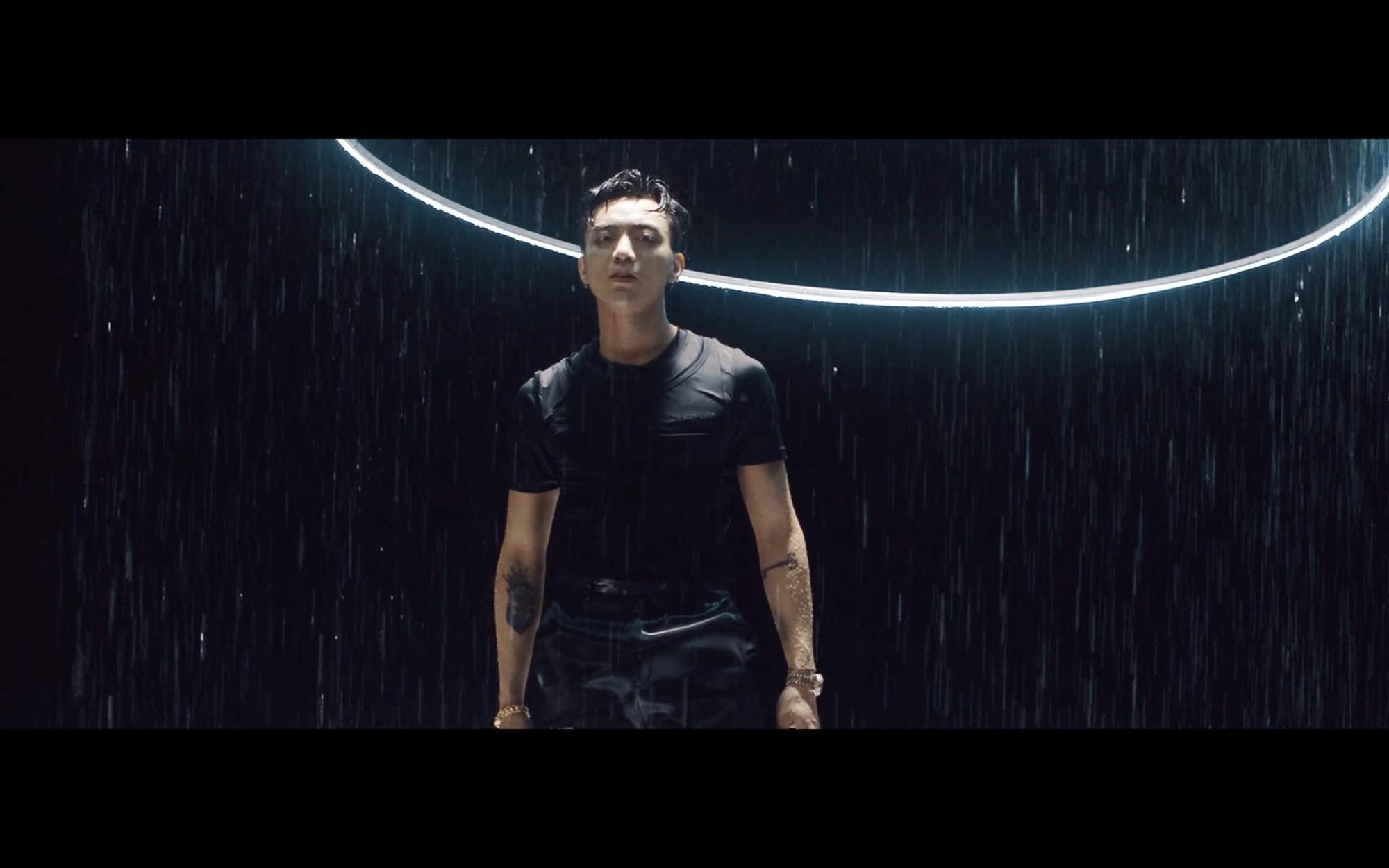 """Soobin khoe khéo body 6 múi trong MV """"Trò Chơi"""", fan đua nhau xỉu lên xỉu xuống - Ảnh 5."""