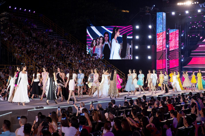Ấn tượng với sự kết hợp giữa nhan sắc, thời trang và mỹ phẩm trong đêm thi Người Đẹp Thời Trang - Hoa Hậu Việt Nam 2020 - Ảnh 1.