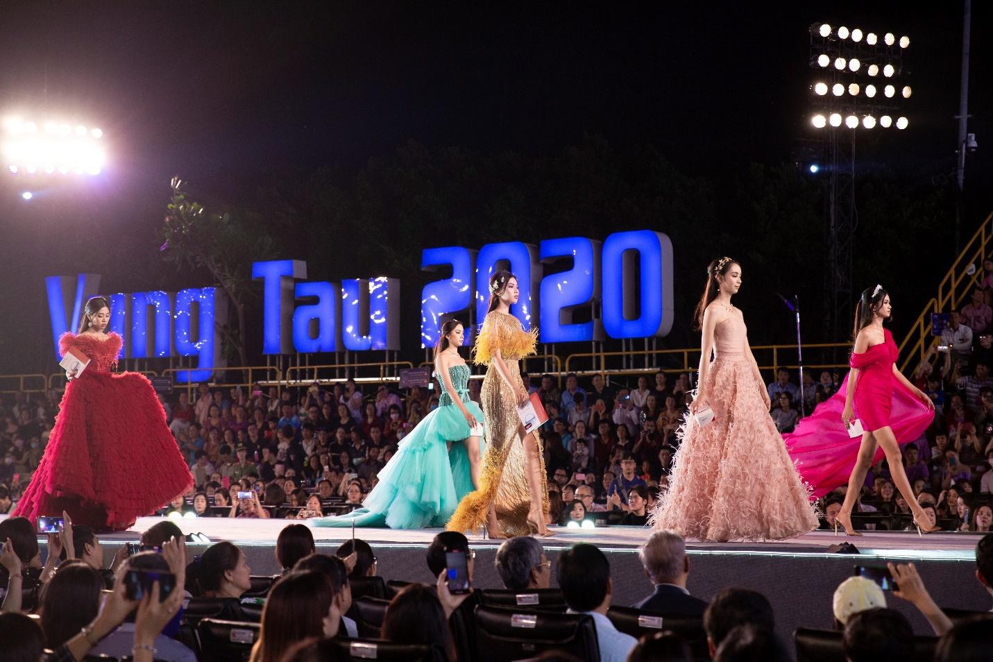 Ấn tượng với sự kết hợp giữa nhan sắc, thời trang và mỹ phẩm trong đêm thi Người Đẹp Thời Trang - Hoa Hậu Việt Nam 2020 - Ảnh 2.