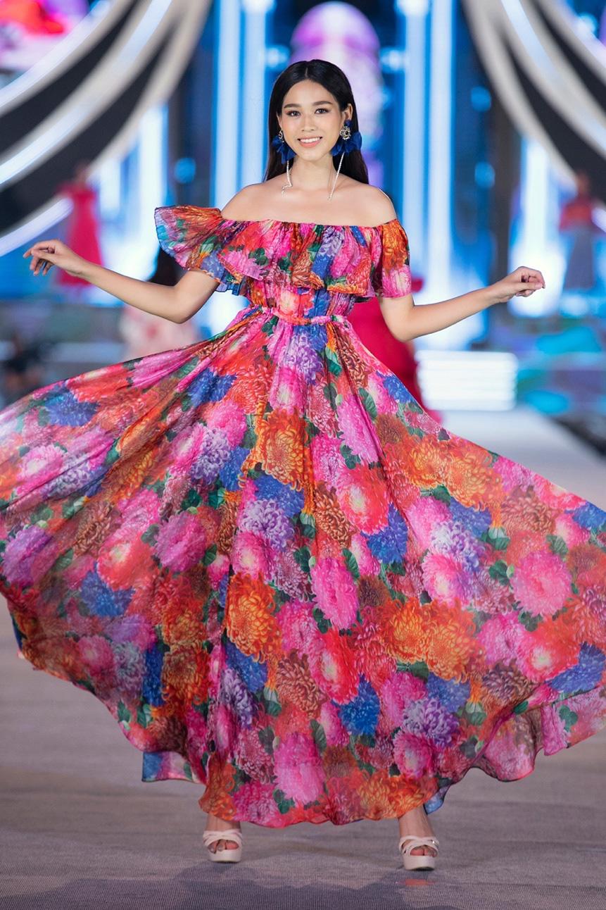 Những khoảnh khắc tỏa sáng của top 3 Hoa hậu Việt Nam cùng thời trang NEVA - Ảnh 1.