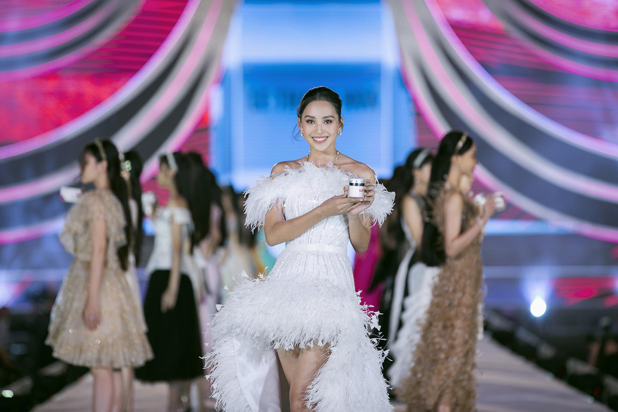 Ấn tượng với sự kết hợp giữa nhan sắc, thời trang và mỹ phẩm trong đêm thi Người Đẹp Thời Trang - Hoa Hậu Việt Nam 2020 - Ảnh 3.
