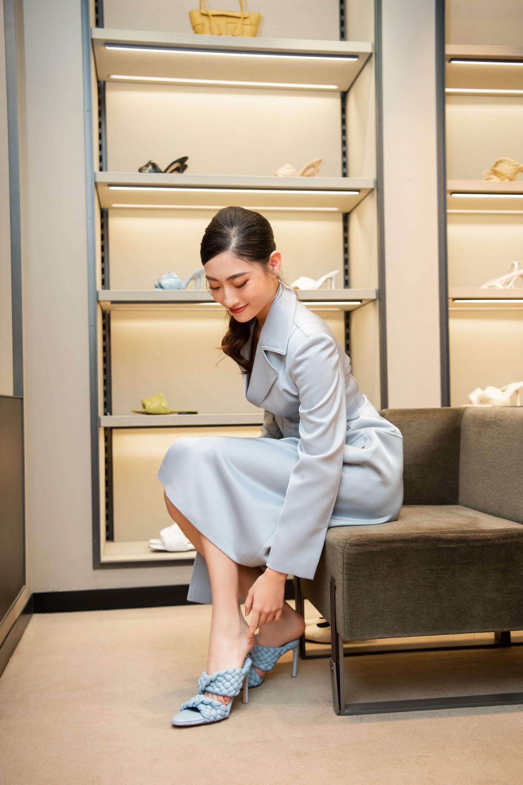 Shopping cùng Lương Thùy Linh: Loạt phụ kiện xa xỉ từ Bottega Veneta đã sẵn sàng cho mùa lễ hội cuối năm - Ảnh 2.