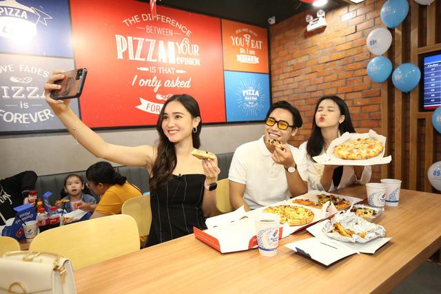 """Sau Chung kết Rap Việt, Karik trở thành """"Hoàng tử pizza"""" khuấy động buổi khai trương cửa hàng thứ 50 - Domino's Phạm Hồng Thái - Ảnh 6."""