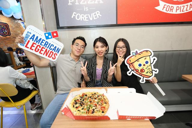 """Sau Chung kết Rap Việt, Karik trở thành """"Hoàng tử pizza"""" khuấy động buổi khai trương cửa hàng thứ 50 - Domino's Phạm Hồng Thái - Ảnh 7."""