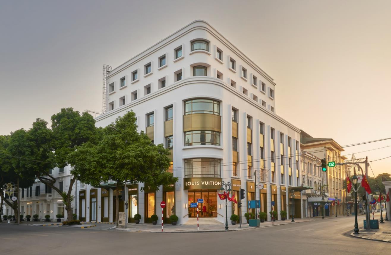 """Louis Vuitton """"thắp sáng"""" Thủ đô Hà Nội với cửa hàng mới: Hoành tráng hơn, lộng lẫy hơn - Ảnh 1."""