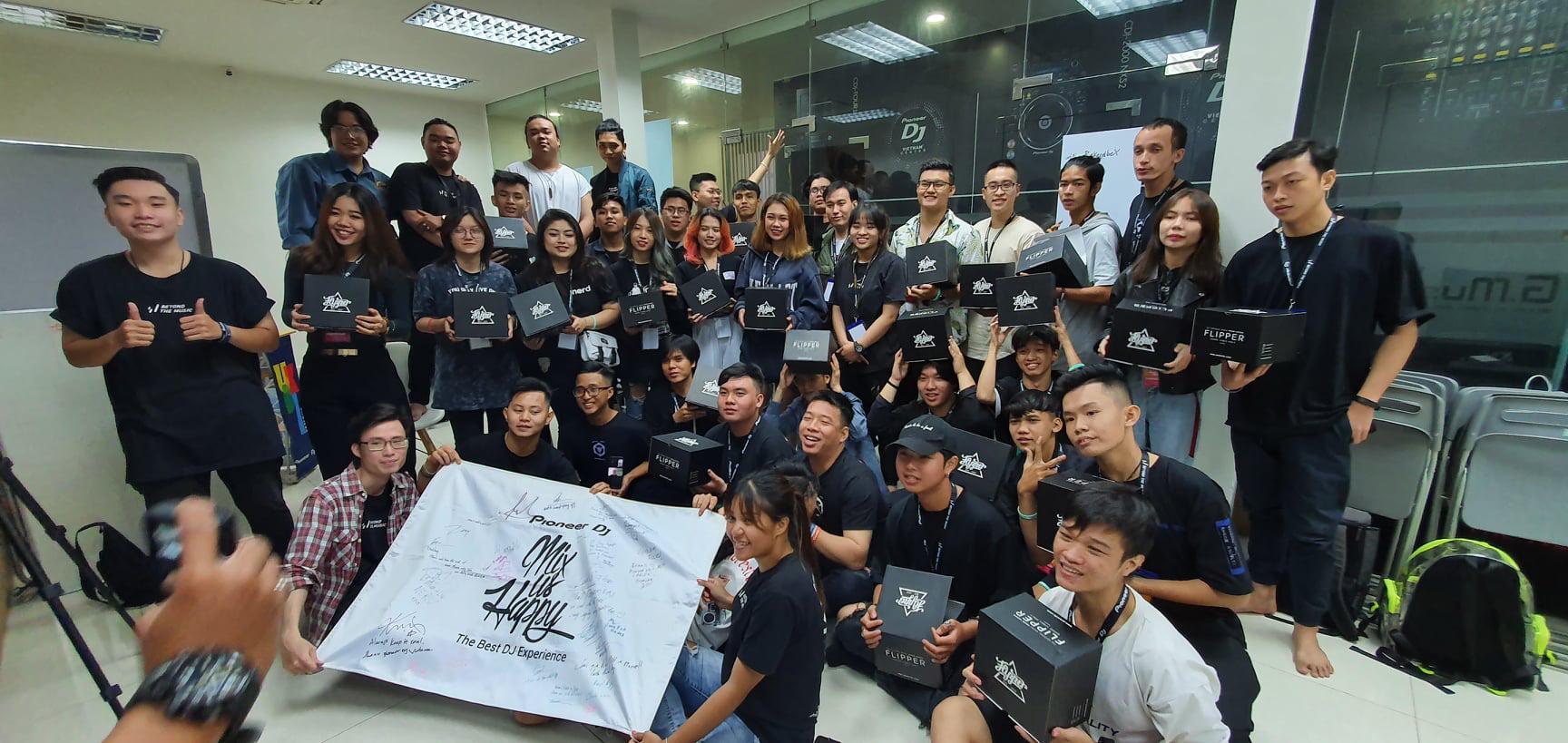 Đêm chung kết Mix Us Happy Vietnam - hành trình âm nhạc mơ ước dành cho tất cả mọi người - Ảnh 1.