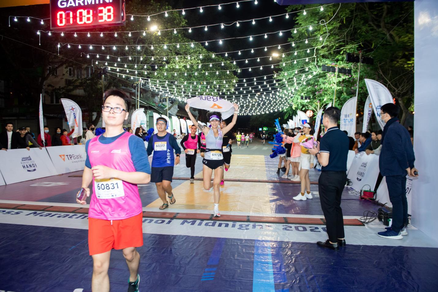 """Ngắm loạt """"trai xinh gái đẹp"""" trong giải chạy đêm lớn nhất tại Hà Nội - Ảnh 1."""