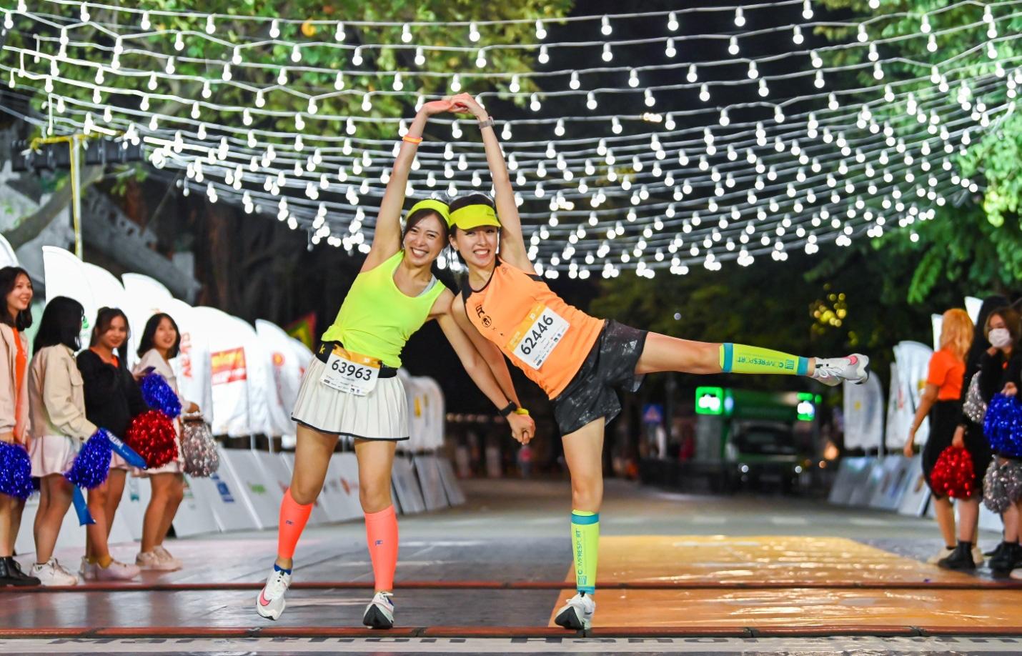 """Ngắm loạt """"trai xinh gái đẹp"""" trong giải chạy đêm lớn nhất tại Hà Nội - Ảnh 3."""