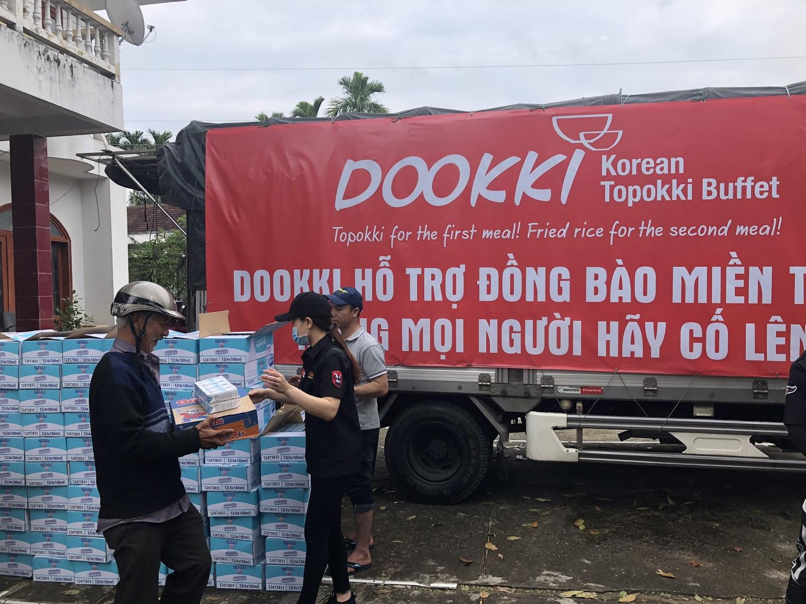 Đoàn xe của Dookki từ Sài Gòn về Quảng Ngãi ủng hộ người dân vùng lũ - Ảnh 3.