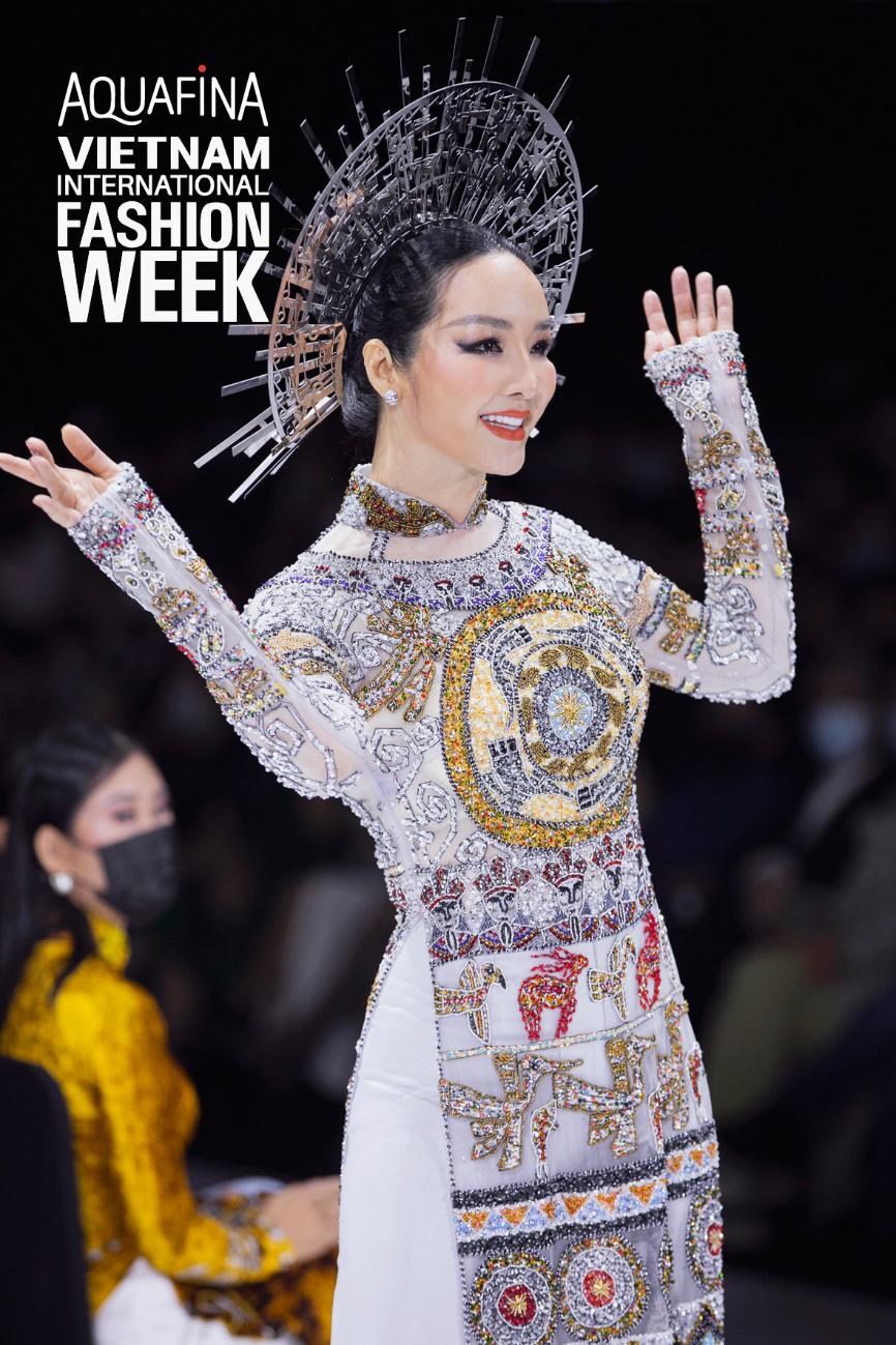 Xem Aquafina Tuần lễ Thời trang Quốc tế Việt Nam 2020 mới thấy: Nước mình còn vô vàn cảm hứng sáng tạo, cần chi đâu nước ngoài? - Ảnh 2.