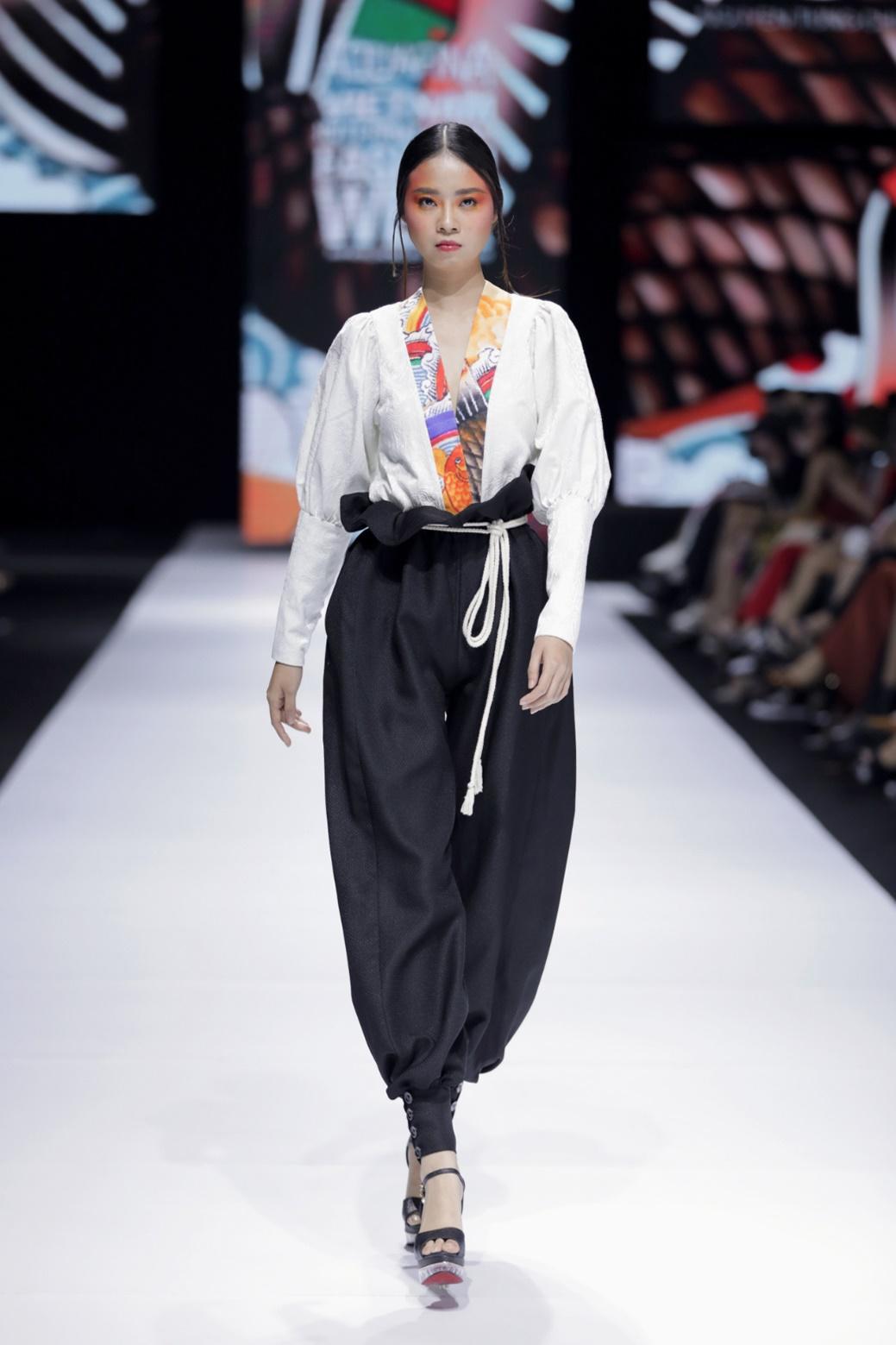 Góp mặt tại sự kiện thời trang Việt toàn lão làng, 3 NTK trẻ này vẫn thể hiện được chất riêng không trộn lẫn - Ảnh 7.