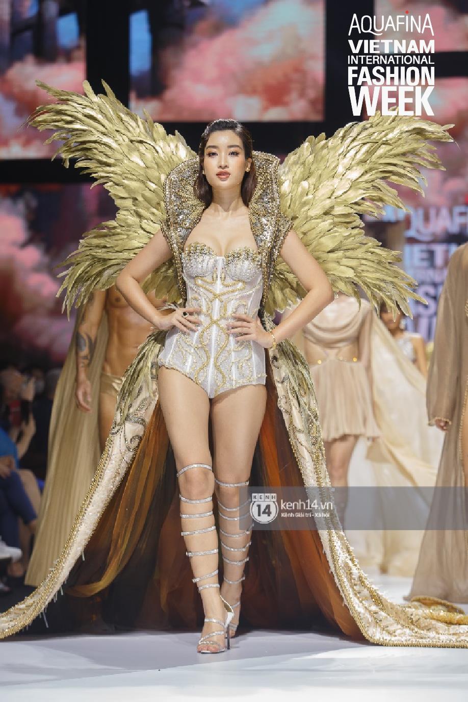 """Nhìn lại những nhan sắc """"cực phẩm"""" trên sàn diễn Aquafina Tuần lễ Thời trang Quốc tế Việt Nam 2020 - Ảnh 1."""