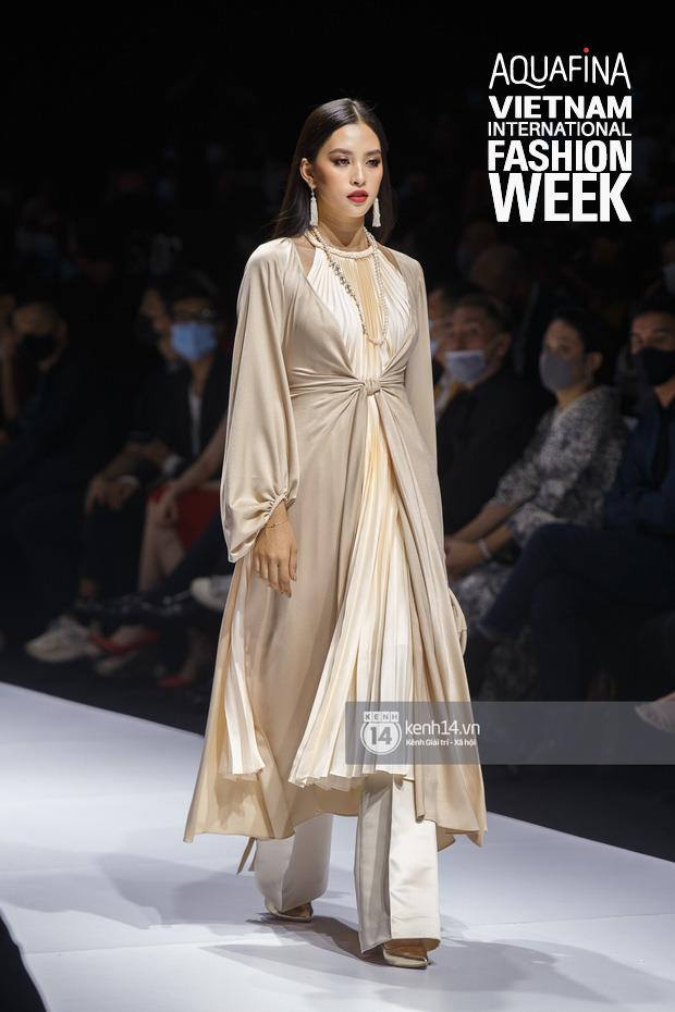 """Nhìn lại những nhan sắc """"cực phẩm"""" trên sàn diễn Aquafina Tuần lễ Thời trang Quốc tế Việt Nam 2020 - Ảnh 3."""