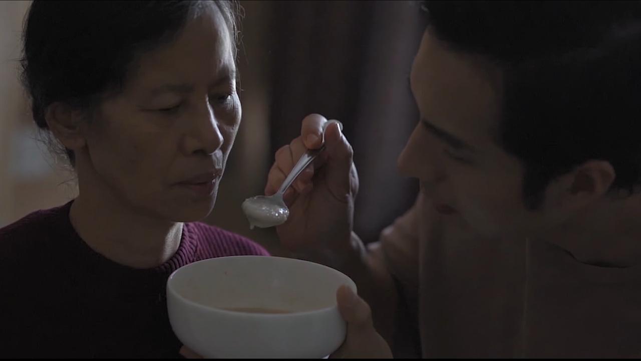 Benny thay lời Huỳnh Tú và Magazine gửi lời cảm ơn mẹ qua MV Gửi gió trao yêu thương - Ảnh 4.