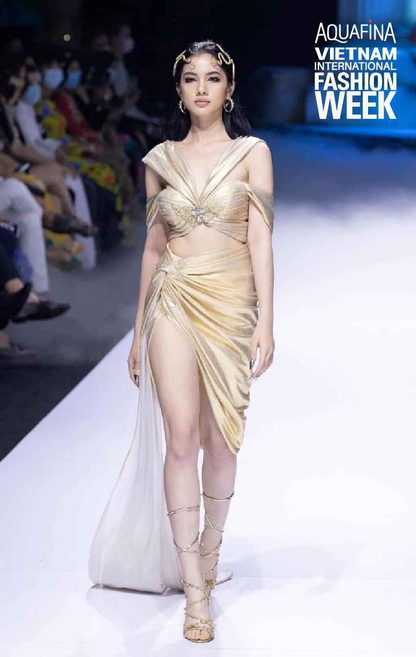 """Nhìn lại những nhan sắc """"cực phẩm"""" trên sàn diễn Aquafina Tuần lễ Thời trang Quốc tế Việt Nam 2020 - Ảnh 6."""