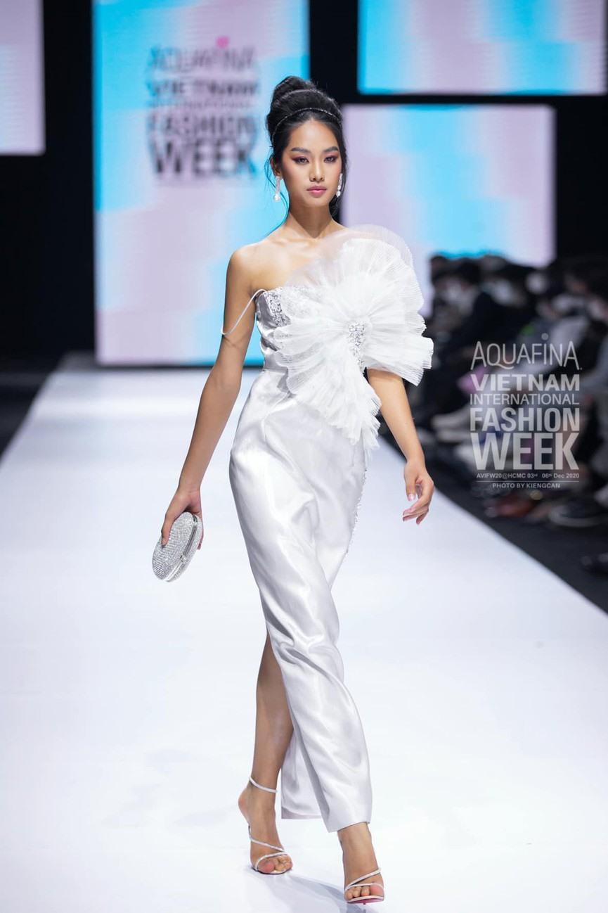 """Nhìn lại những nhan sắc """"cực phẩm"""" trên sàn diễn Aquafina Tuần lễ Thời trang Quốc tế Việt Nam 2020 - Ảnh 9."""