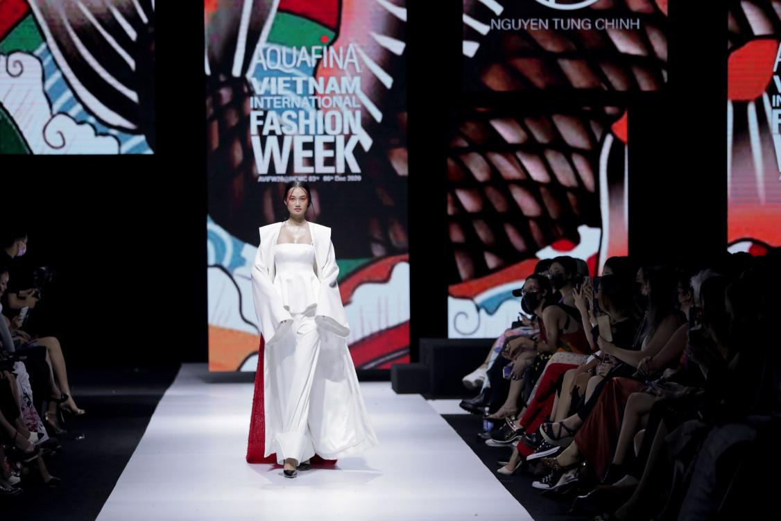 """Nhìn lại những nhan sắc """"cực phẩm"""" trên sàn diễn Aquafina Tuần lễ Thời trang Quốc tế Việt Nam 2020 - Ảnh 10."""