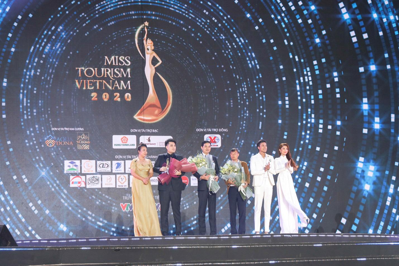 CEO Lâm Ngân bị phóng viên vây kín đêm chung kết Hoa khôi Du lịch Việt Nam 2020 - Ảnh 3.