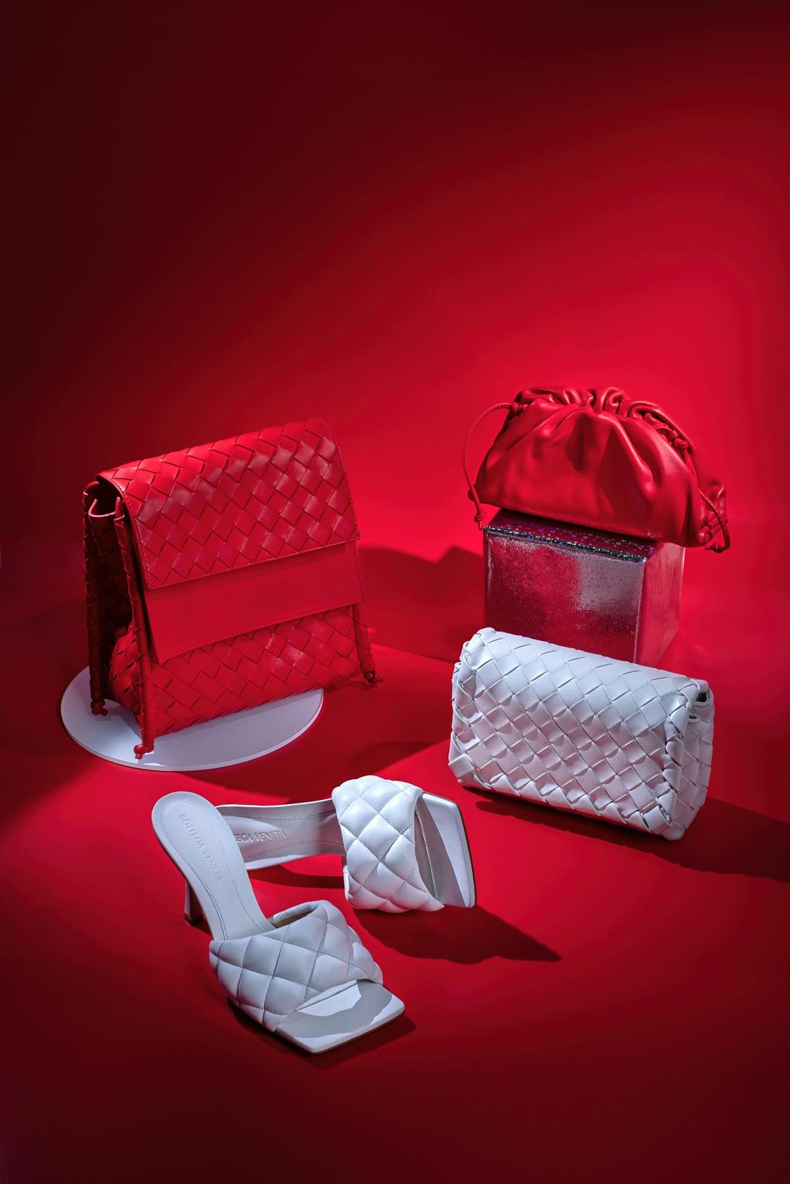 Từ Bottega Veneta: Tag ngay nửa kia vào 4 gợi ý quà Noel cho quý cô yêu thời trang - Ảnh 1.