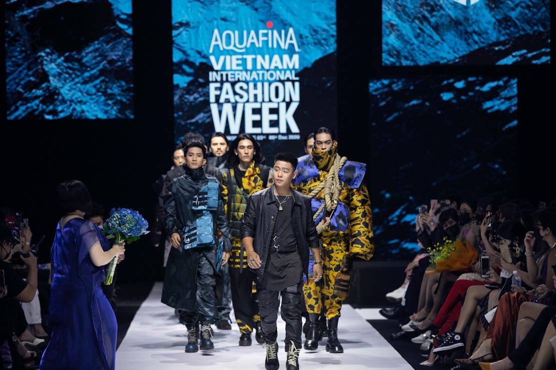 Màn chào sân ấn tượng cả phần nghe lẫn phần nhìn của nhà thiết kế trẻ Duy Hoàng trên sàn diễn Vietnam International Fashion Week - Ảnh 1.