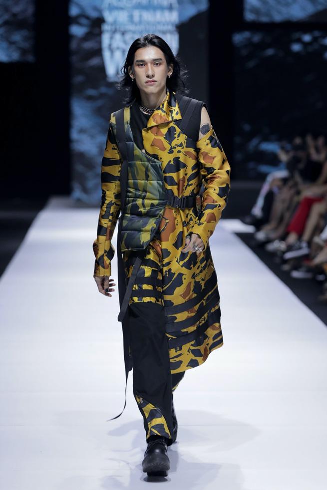 Màn chào sân ấn tượng cả phần nghe lẫn phần nhìn của nhà thiết kế trẻ Duy Hoàng trên sàn diễn Vietnam International Fashion Week - Ảnh 2.