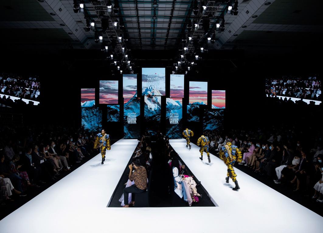 Màn chào sân ấn tượng cả phần nghe lẫn phần nhìn của nhà thiết kế trẻ Duy Hoàng trên sàn diễn Vietnam International Fashion Week - Ảnh 3.