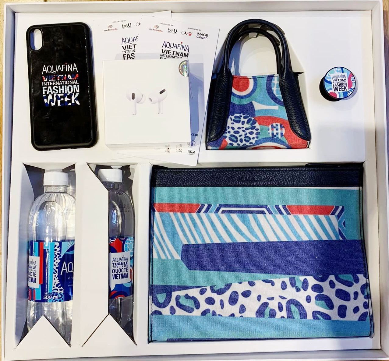 """Sao Việt """"unbox"""" hộp quà thời trang phiên bản giới hạn với thiết kế mang tinh thần BST mới của Aquafina - Ảnh 1."""