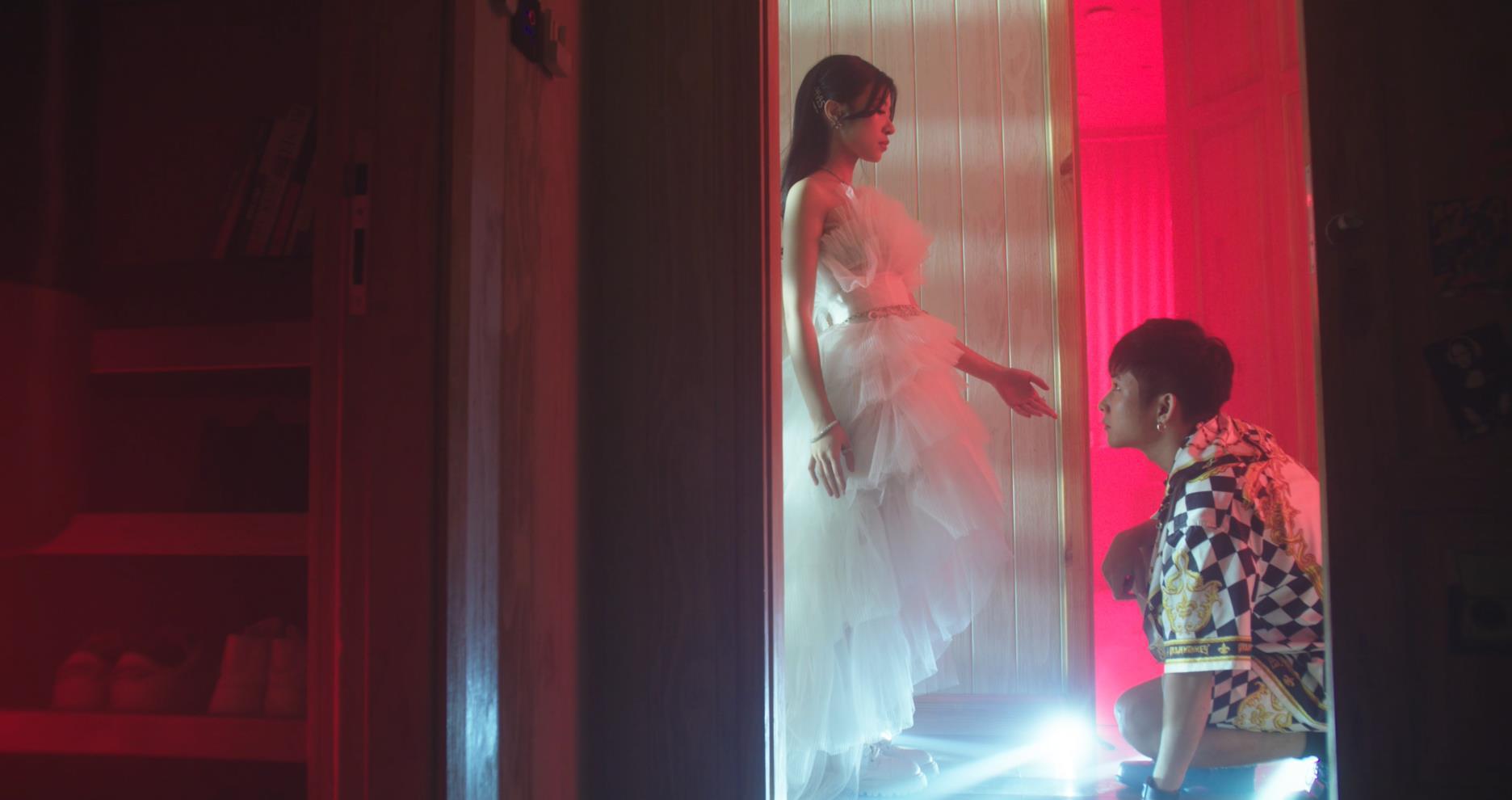 """Săm soi những chi tiết thú vị trong MV MAX - Ricky Star """"kill the beat"""" cùng Xesi - Ảnh 3."""