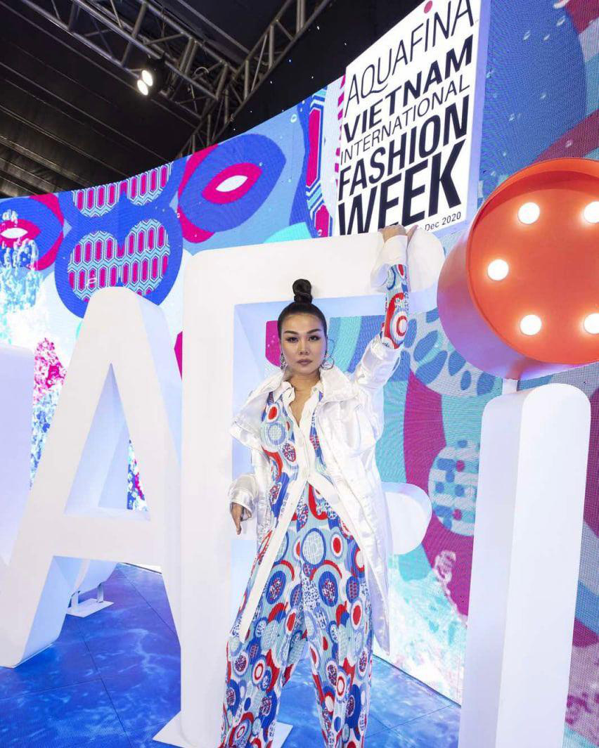 Khoảnh khắc đẹp thảm đỏ Aquafina Vietnam International Fashion Week 2020: Thanh Hằng, Ngọc Trinh, Thủy Tiên, Võ Hoàng Yến, Châu Bùi… cả team đi vào hết! - Ảnh 1.