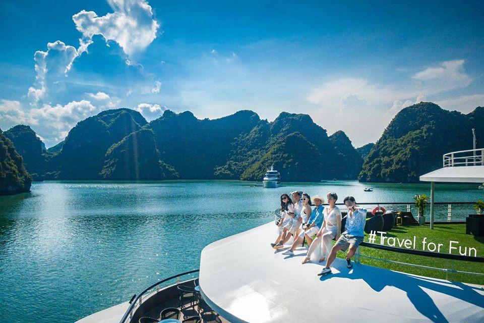 Du thuyền 5 sao trên vịnh Hạ Long - xu hướng nghỉ dưỡng độc đáo mới của giới sành chơi Việt - Ảnh 1.