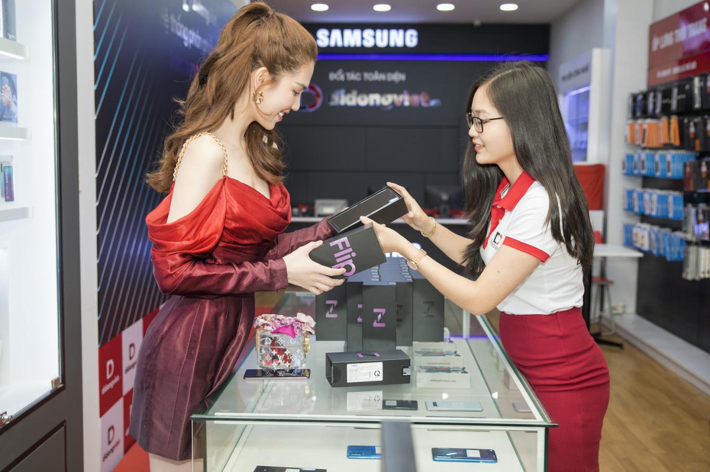 Ngọc Trinh trên tay Galaxy Z Flip trong ngày mở bán tại Việt Nam - Ảnh 4.
