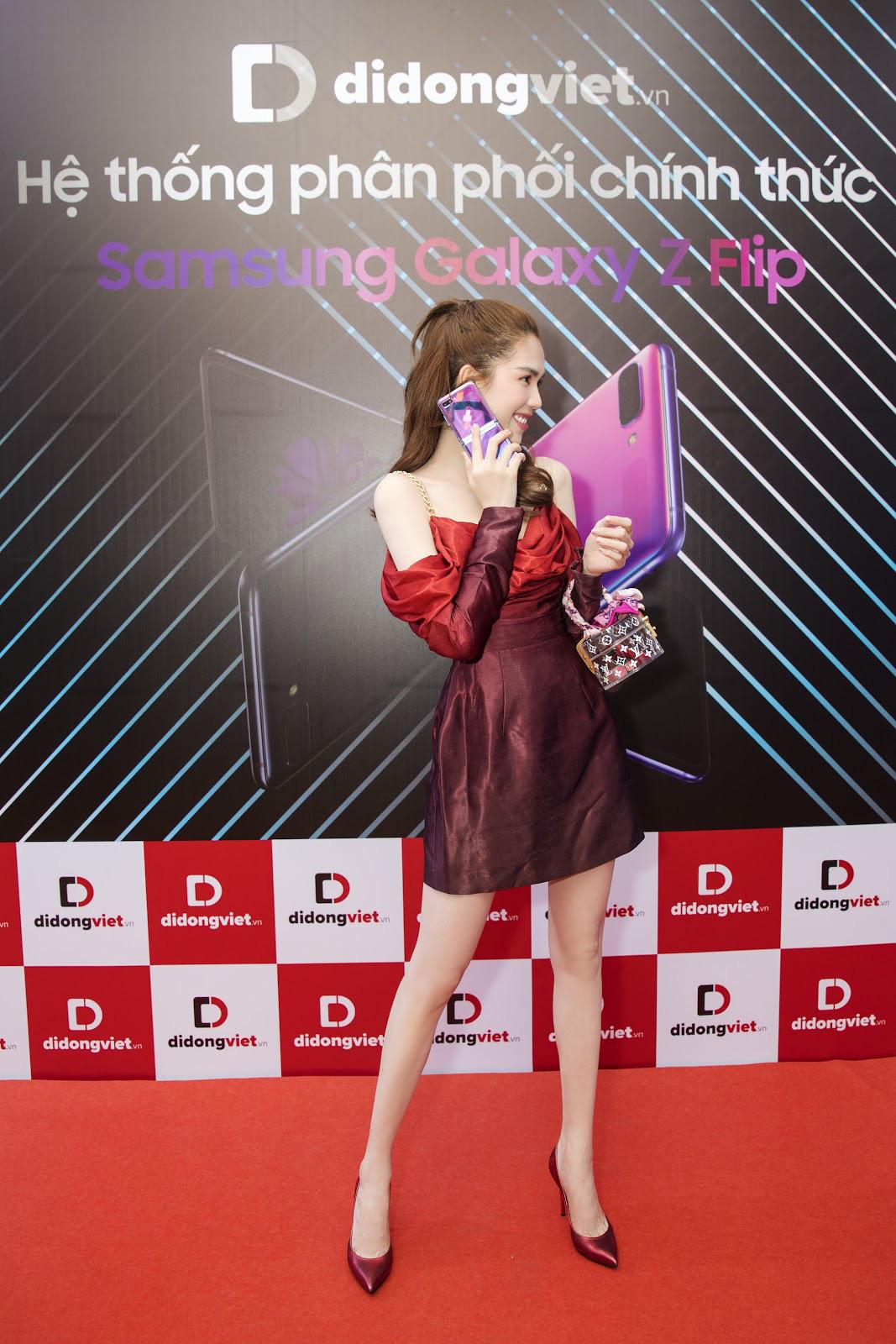 Ngọc Trinh trên tay Galaxy Z Flip trong ngày mở bán tại Việt Nam - Ảnh 5.