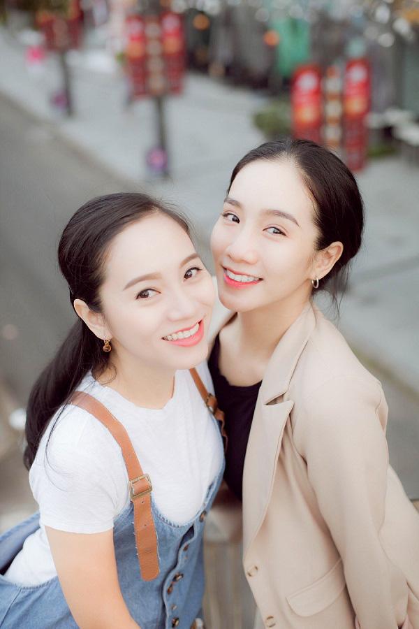 Cách biệt đến gần 10 tuổi nhưng hai chị em trông cứ như đôi bạn thân, hóa ra bí quyết của người chị gói gọn trong tinh chất này - Ảnh 1.