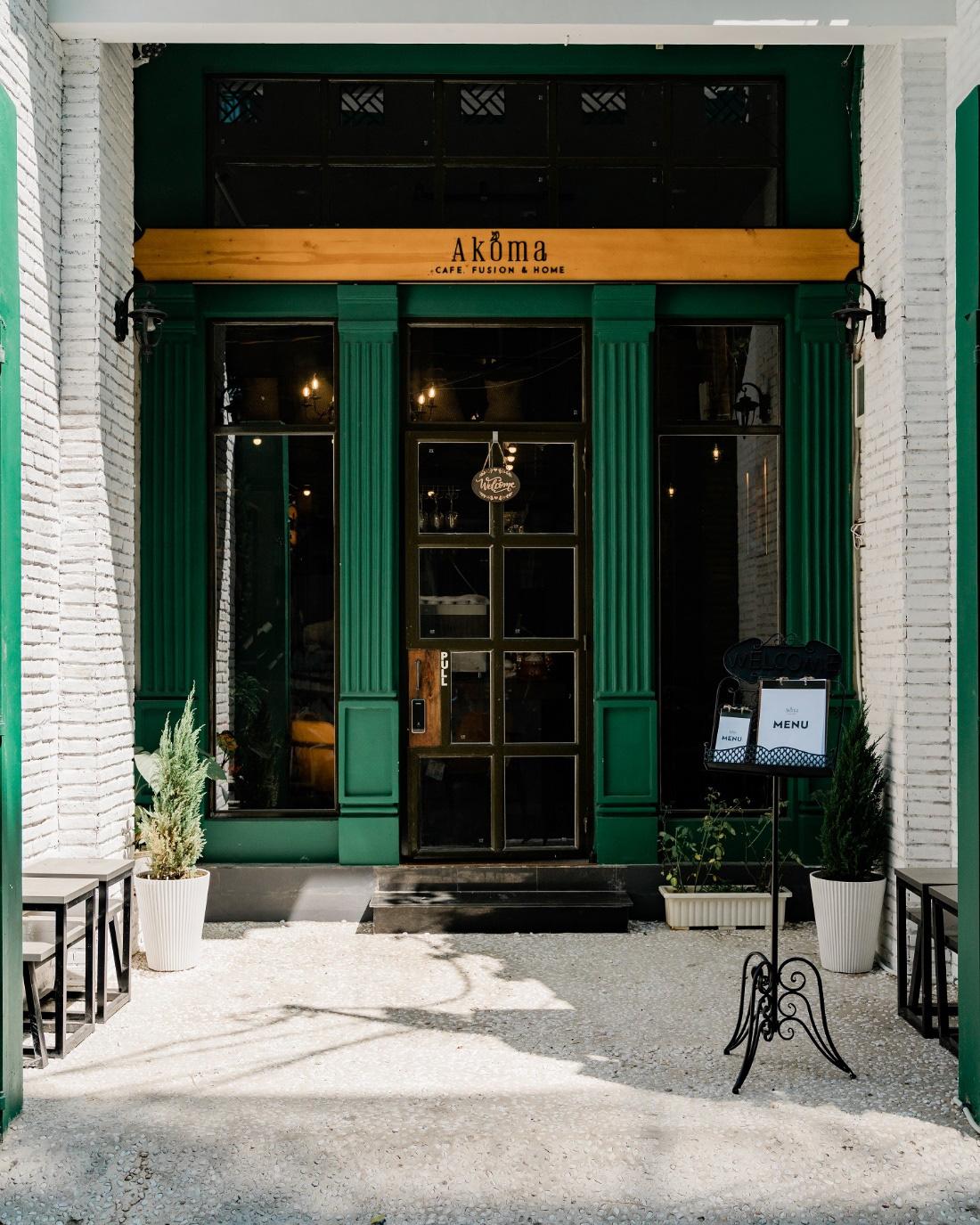 Bất ngờ với AKÓMA Café & Fusion – Một không gian châu Âu tối giản giữa lòng Sài Gòn - Ảnh 1.