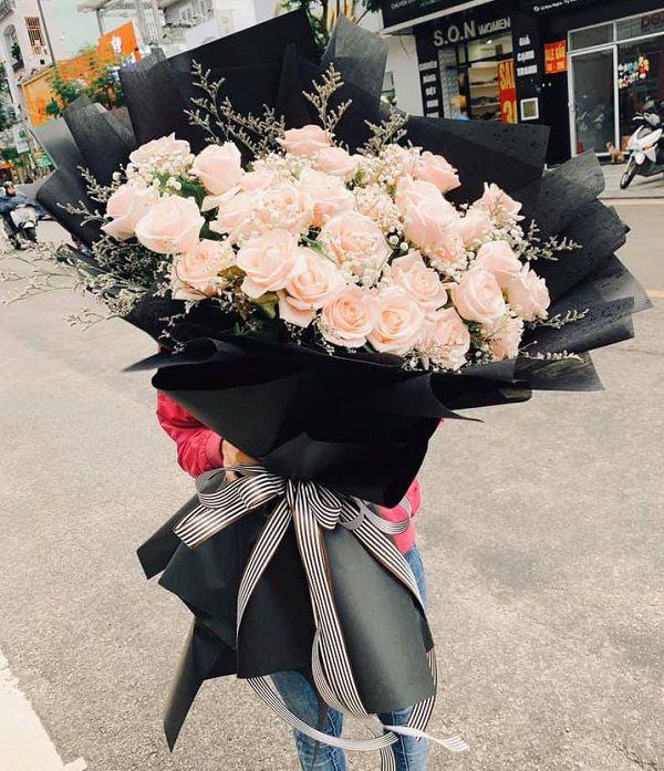 Những bó hoa siêu to khổng lồ làm nàng choáng ngợp - Ảnh 3.