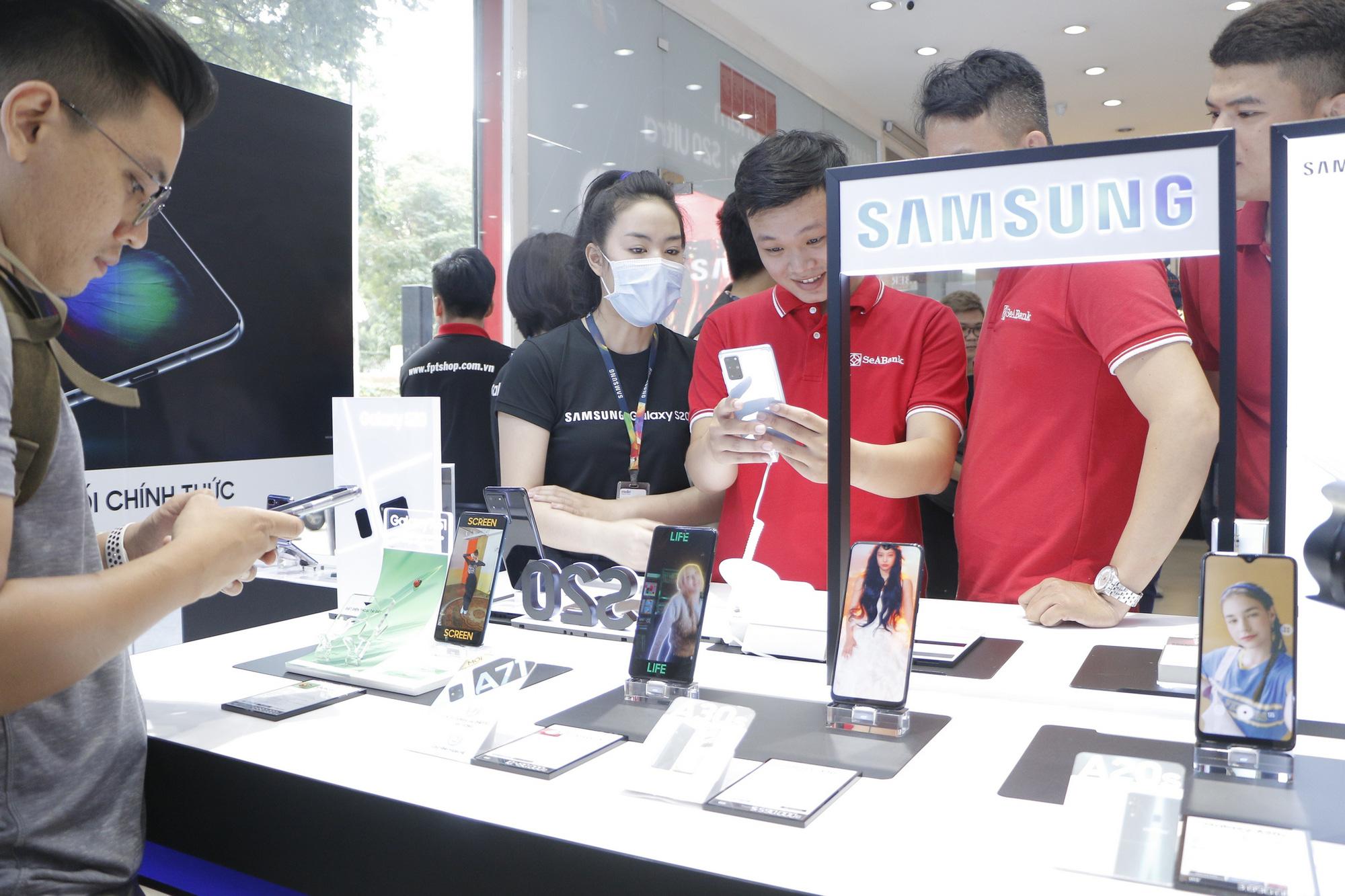 FPT Shop nhộn nhịp trong ngày mở bán Galaxy S20 - Ảnh 1.