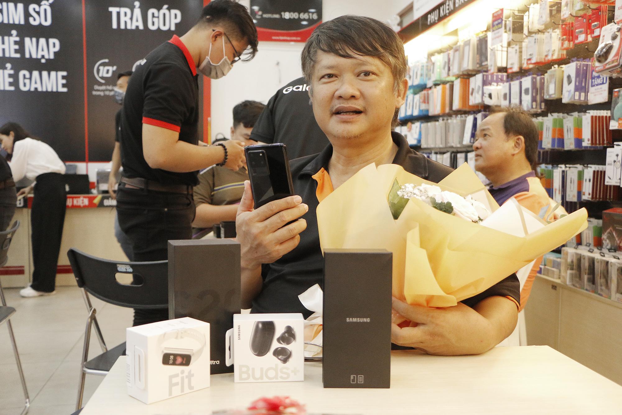 FPT Shop nhộn nhịp trong ngày mở bán Galaxy S20 - Ảnh 2.