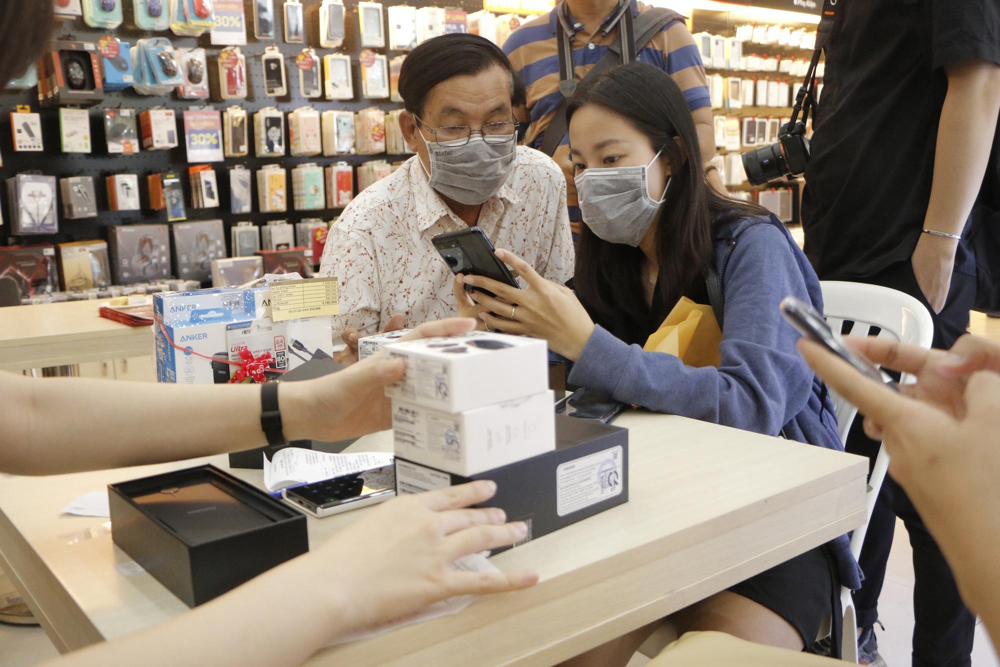 FPT Shop nhộn nhịp trong ngày mở bán Galaxy S20 - Ảnh 3.