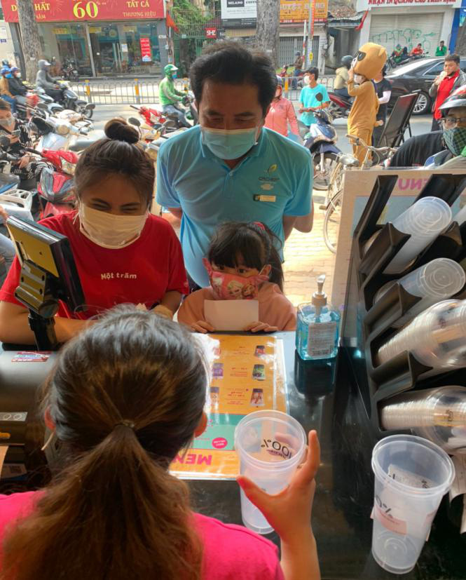 Người Sài Gòn háo hức check in với thương hiệu trà sữa 100% - Một trăm'' gây sốt từ Nhật Bản - Ảnh 3.