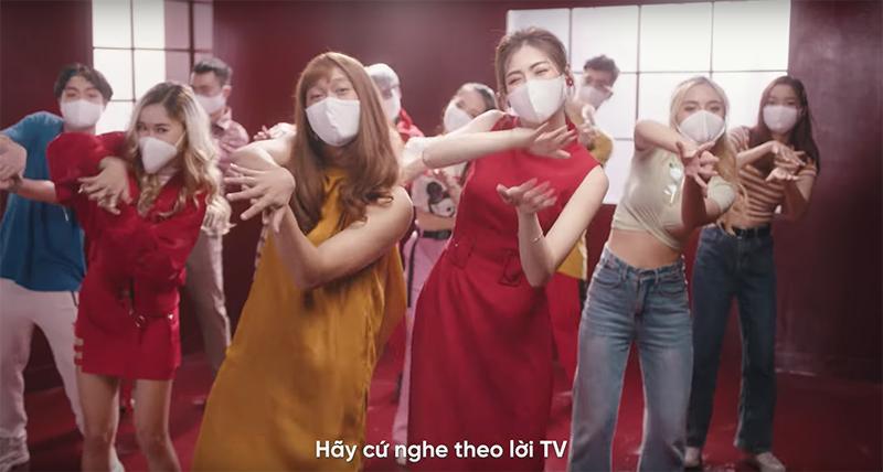 Á hậu Tú Anh bất ngờ tung MV ca nhạc về dịch Covid-19 - Ảnh 1.