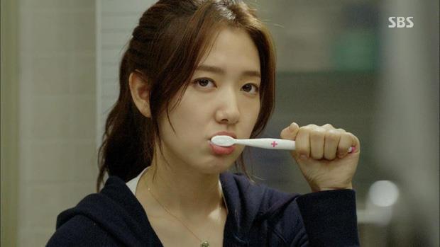 Mách bạn mùa dịch - Không cần ra hiệu thuốc, 3 cách sau đây sẽ giúp bạn khắc phục chảy máu chân răng, nhiệt miệng tại nhà hiệu quả - Ảnh 1.