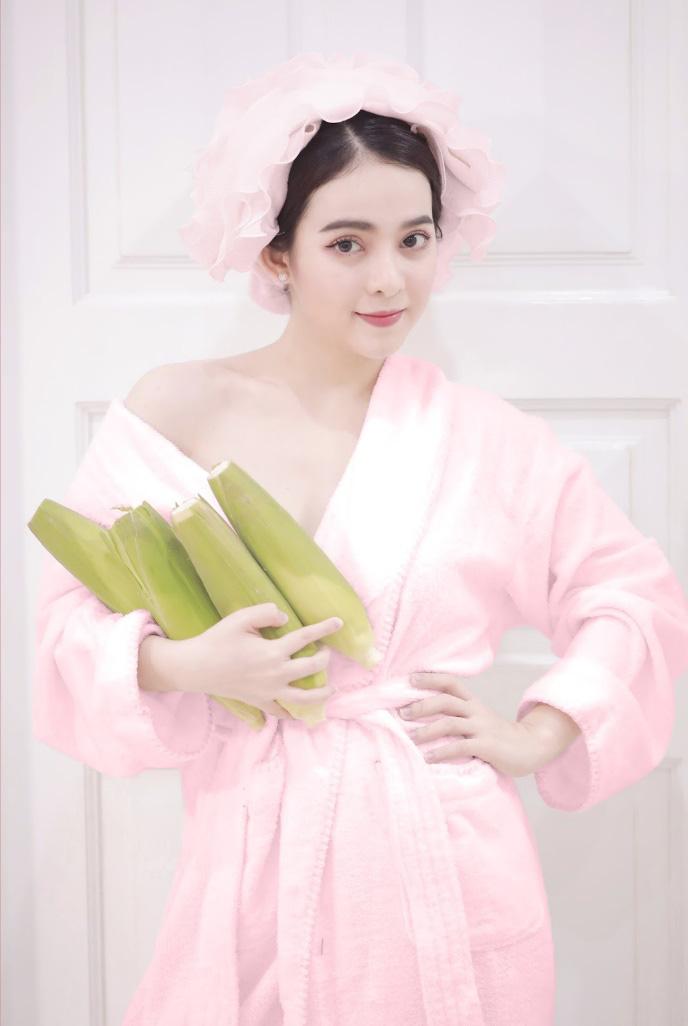 """Hà Hồ gây náo loạn dân tình với trend chụp hình mới diện áo choàng tắm ôm lúa cực """"độc"""" - Ảnh 3."""