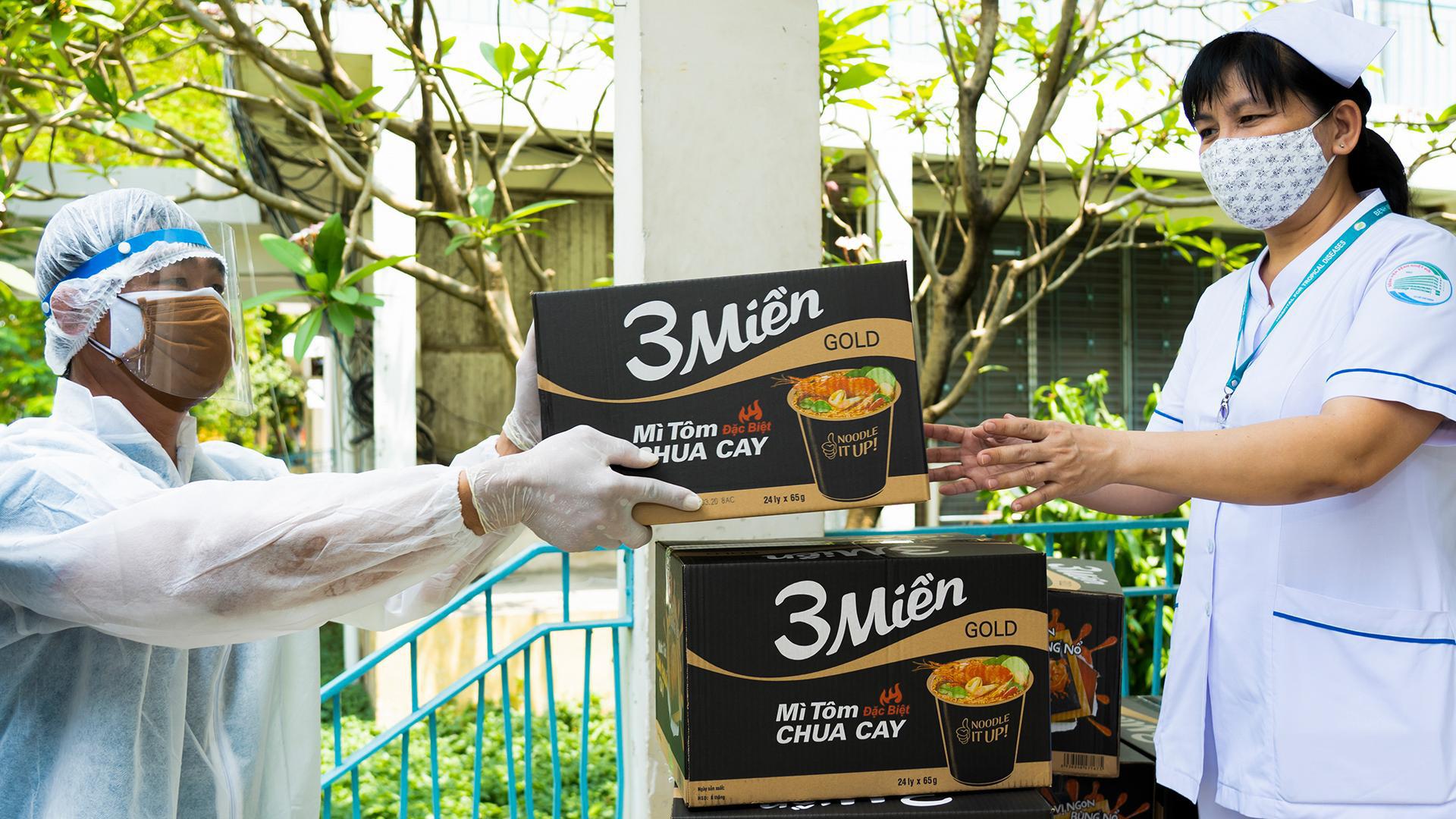 Uniben trao tặng 150.000 bữa ăn dinh dưỡng từ Mì 3 Miền và Nước trái cây Joco cho đội ngũ y bác sĩ các bệnh viện tuyến đầu - Ảnh 9.