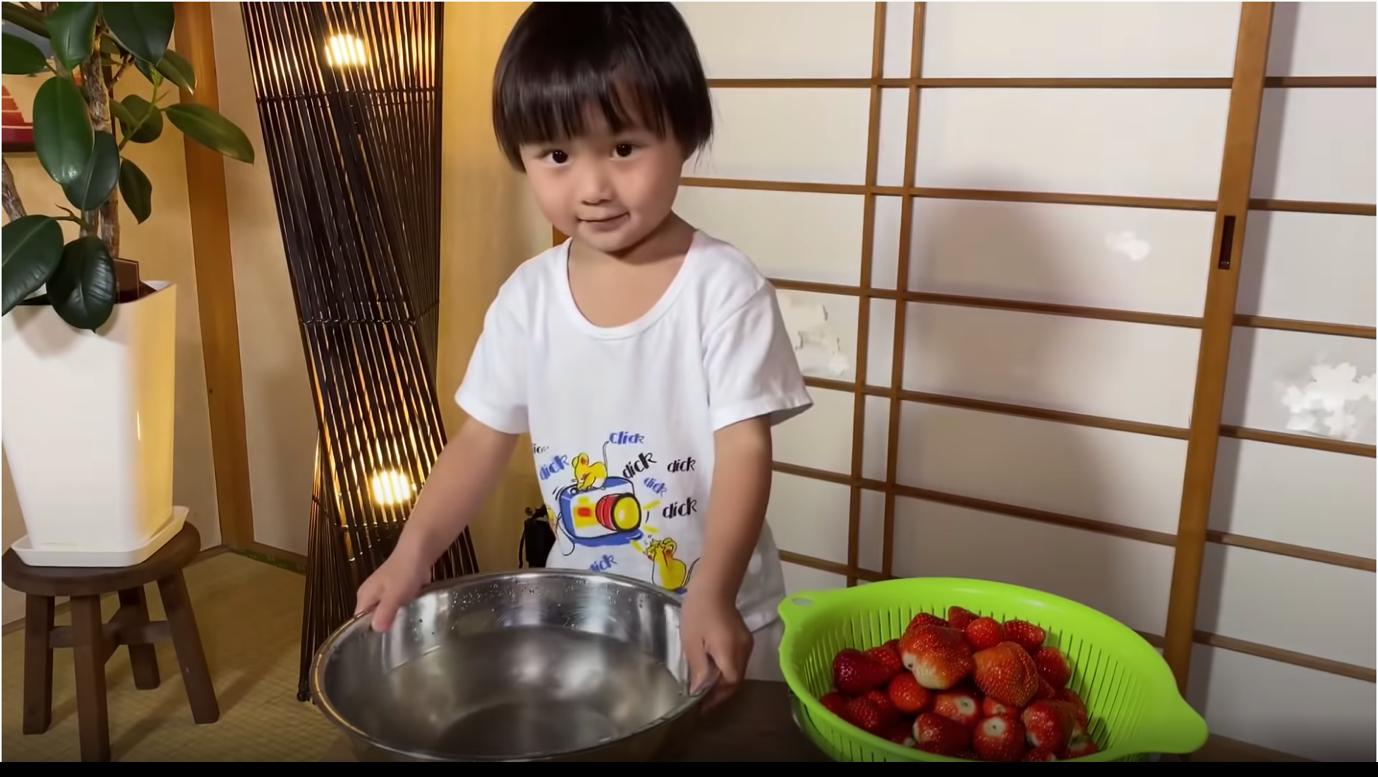 Bật mí thức uống hỗ trợ tăng trưởng của Nhật khiến bé Sa mê tít trong ly rau câu khổng lồ phủ vàng 24K của Quỳnh Trần JP - Ảnh 2.
